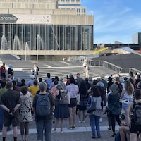 Un rassemblement à la Place des Arts.