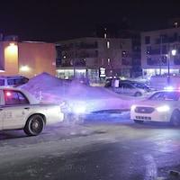 Voitures de police sur les lieux de l'attentat à Québec.