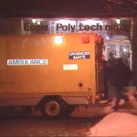 Ambulance devant l'entrée principale de l'École Polytechnique