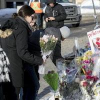 Des citoyens expriment leur solidarité après l'attentat de Québec.