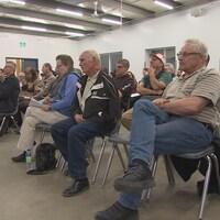 Des participants à l'audience publique de la Commission de protection de l'environnement à La Broquerie, sur le projet de transmission Manitoba-Minnesota