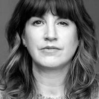 Photo en noir et blanc d'une femme qui regarde devant elle d'un air impassible. Son visage est  légèrement asymétrique.