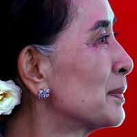 Aung San Suu Kyi vue de profil.