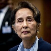 Plan rapproché sur le visage d'Aung San Suu Kyi, qui regarde au loin, l'air sérieux.