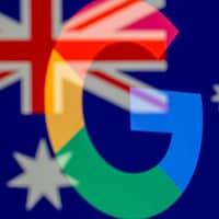 Un montage visuel amalgamant le drapeau australien avec les logos de Google et Facebook.