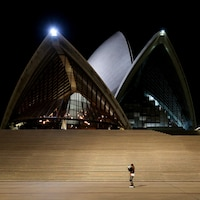 Une seule personne se trouve devant l'Opéra.