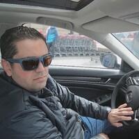 Anouar Mhirsi au volant de sa voiture.