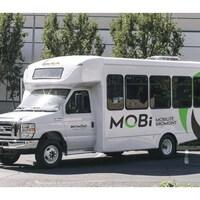 Un autobus blanc à l'effigie de Bromont.