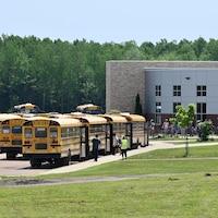 Des élèves reprennent l'autobus en raison de la chaleur qui a forcé la fermeture hâtive d'écoles au Nouveau-Brunswick.