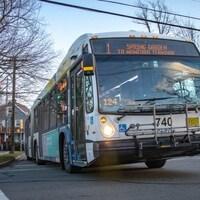 Un autobus du système de transport en commun d'Halifax traverse une intersection du centre-ville de la capitale.