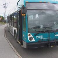 L'autobus 2041 est immobilisé le long d'un trottoir.