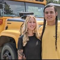 Shanny Kirby et Karlen Janvier, debout devant un autobus scolaire.