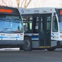 Des autobus de la Société de transport du Saguenay.