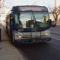 Un autobus des services de transport en commun d'Edmonton à un arrêt.