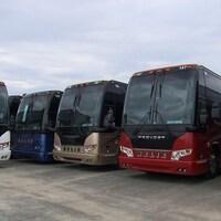 Cinq autobus de type voyageurs