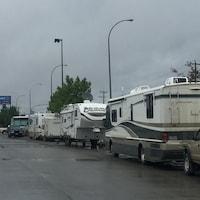 Une rangée de roulottes et d'autocaravanes.