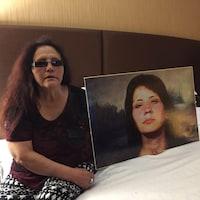 Lisa Big John tient un portrait de sa soeur
