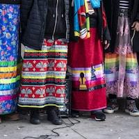 Des jupes colorées.