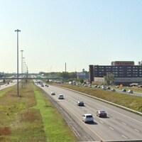 Vue éloignée de l'autoroute 15 à Laval.