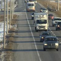 Des voitures et des camions circulant sur l'autoroute 30.