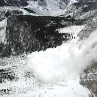 Une avalanche dans les Rocheuses albertaines.