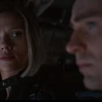 Scarlett Johansson regarde Chris Evans.
