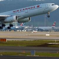 Un Airbus A330 d'Air Canada décolle de l'aéroport de Zurich.