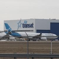 Le bâtiment d'Air Transat et deux avions au sol.