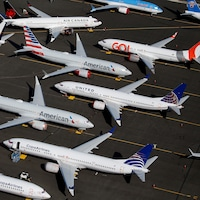Une dizaine d'appareils Boeing 737 MAX sont posés sur le terrain extérieur d'une usine.