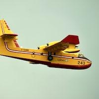 Un avion-citerne de la SOPFEU en vol.