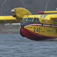 Un avion-citerne servant à éteindre des incendies de forêt.