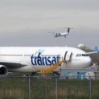 Un avion d'Air Transat est cloué sur le tarmac de l'aéroport Pierre Elliott Trudeau International à Montréal.
