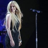 Avril Lavigne qui chante sur scène lors d'un spectacle.