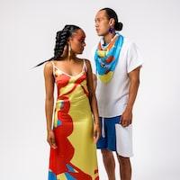 Deux modèles portent les vêtements de Ayimach.