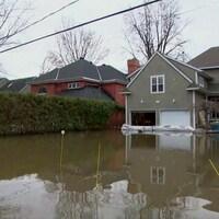 L'eau a envahi la rue Fraser jusqu'aux maisons lors des inondations.