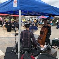 Le duo Babaz & Nelson joue au marché public de Rimouski.