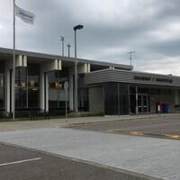 Façade de l'aéroport de Bagotville.