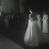 Une jeune fille fait son entrée dans la salle de bal de l'Hôtel Windsor de Montréal.