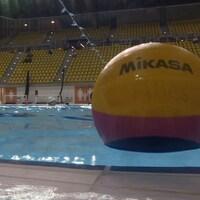 Un ballon de water-polo en gros plan, sur le bord de la piscine