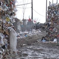 Ballots de matières recyclables au centre de tri de Longueuil