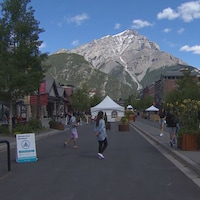 Quelques personnes dans une rue de Banff.