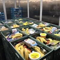 Une variété de produits alimentaires dans un réfrigérateur commercial.