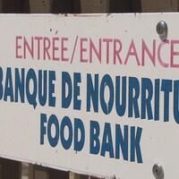 Une affiche indiquant l'entrée d'une banque de nourriture.
