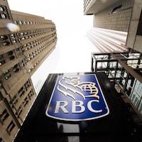 Des gratte-ciel entourent un logo de la Banque Royale.