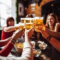 Des gens boivent de la bière.