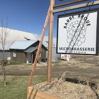L'entrée de la microbrasserie Barbe Broue à Nédélec.