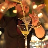 Un barman russe prépare un cocktail dans un bar qui est ouvert, en dépit de l'interdiction des autorités.