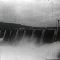 Trombes d'eau passant à travers un barrage hydroélectrique, en noir et blanc