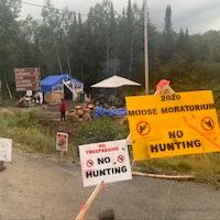 Un barrage est érigé à l'extérieur avec des pancartes pour empêcher la chasse dans le parc Lavérendry.