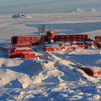Une base militaire au milieu d'un territoire enneigé.